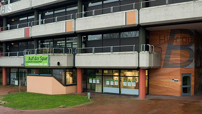 Foto vom Austellungsgebäude. Der separate Ausstellungs-Eingang befindet sich links unter dem grünen Ausstellungsschild.